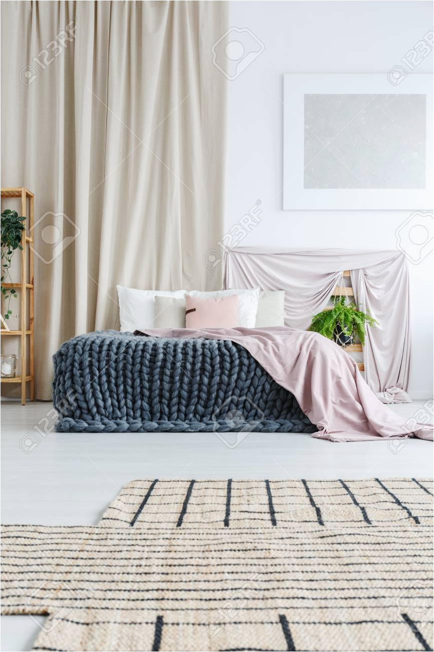 wand hinter bett mit stock photo 73 und wei c3 9fes schlafzimmer mit asymmetrischem teppich silbermalerei an der wand und vorhang hinter dem bett mit wand hinter bett
