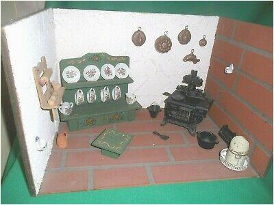 Alte Puppenstube mit Möbeln und anderem Inhalt