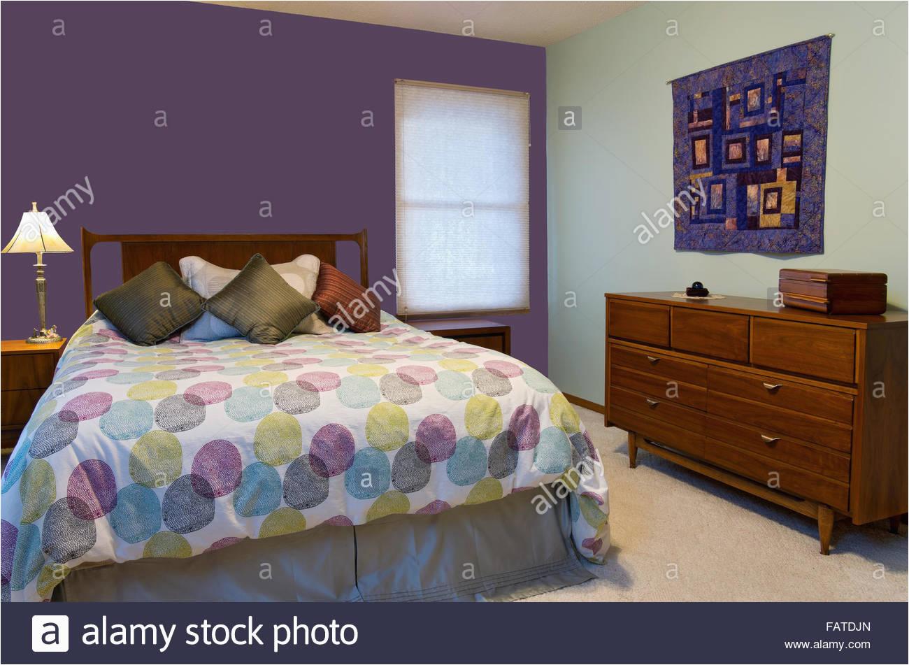 deko kommode schlafzimmer mit schlafzimmer innenraum mit lila und grune wande lampe 40 und schlafzimmer innenraum mit lila und grune wande lampe kommode bunte kissen und troster dekorieren queensize b