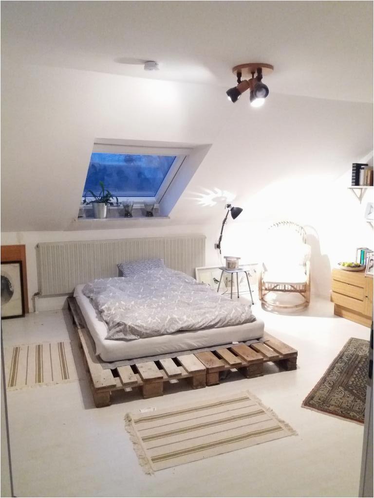 Schlafzimmer Ideen Laminat Diy Palettenbett Für Einen Gemütlichen Schlafbereich Diy