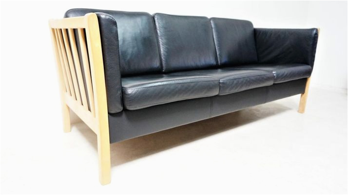 skandinavisches sofa aus schwarzem leder natuerlichem holz 1980er 2
