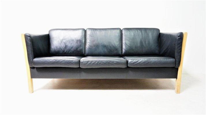 skandinavisches sofa aus schwarzem leder natuerlichem holz 1980er 1