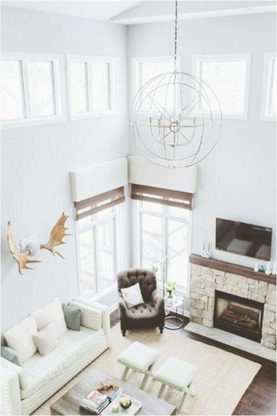 wohnzimmer einrichten wohnideen rustikal hohe zimmerdecke kamin