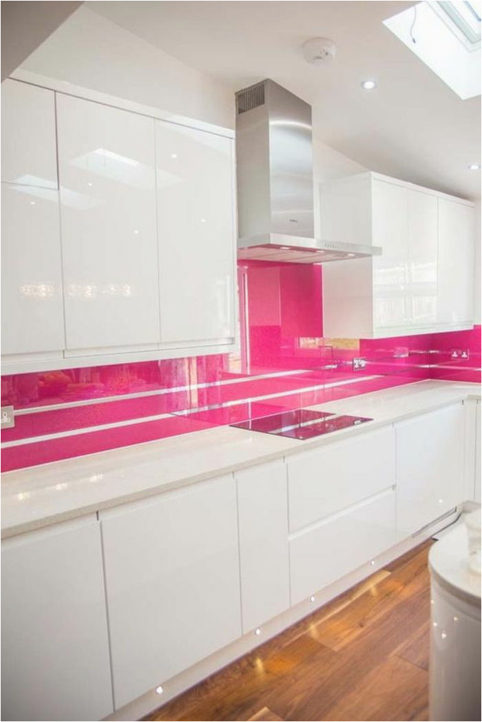 rosa k C3 BCchenr C3 BCckwand mit silbernen linien weiße k C3 BCche boden aus holz apirator fenster