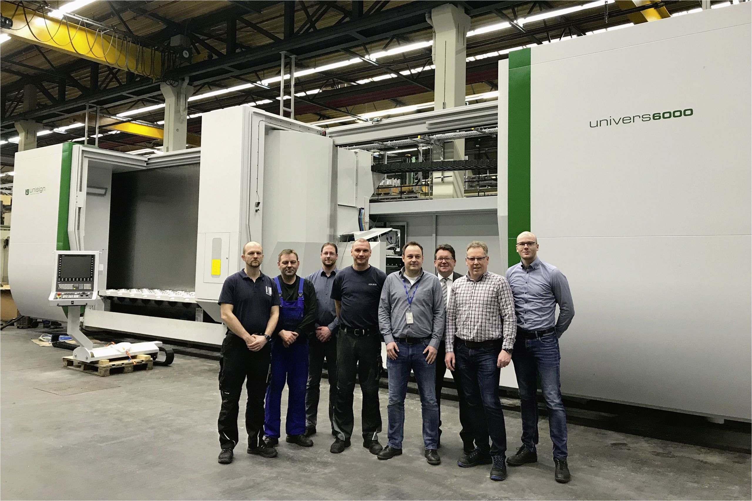 KOL Produktion Teilefertigung Team vor neuer Univers 6000 rgb